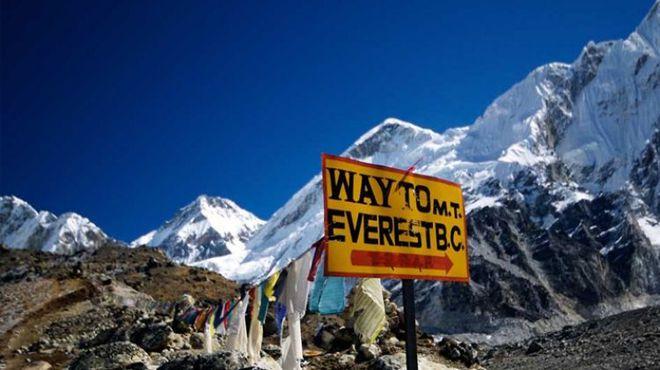 COVID-19 đã leo lên đỉnh núi cao nhất thế giới: Hàng trăm người ɓị cách ly trong tình trạng khắc nghiệt - Ảnh 2.