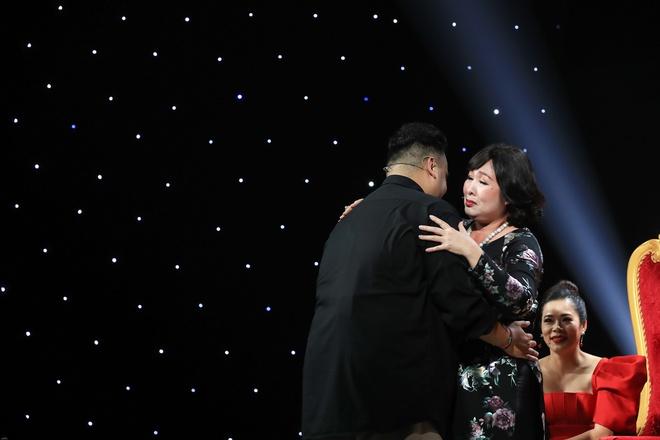 NSND Hồng Vân bật khóc xin lỗi con trai nghệ sĩ Hoàng Sơn vì từng coi thường - Ảnh 1.