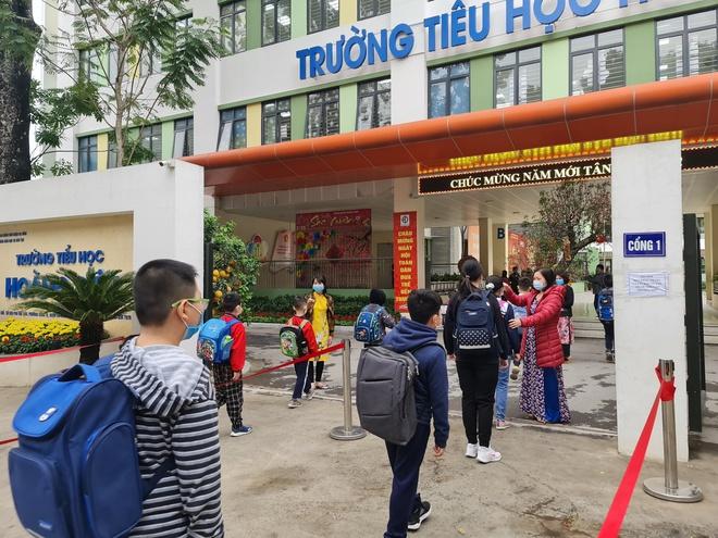 Thêm 6 tỉnh 'hỏa tốc' cho học sinh nghỉ học, kiểm tra học kỳ sớm; Phát hiện 11 ca dương tính, Bắc Ninh kêu gọi người dân không ra khỏi nhà - Ảnh 1.