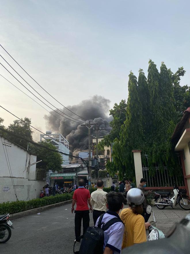 Công an TPHCM thông tin vụ cháy khiến cả gia đình cùng cô giáo tử vong ở quận 11 - Ảnh 1.