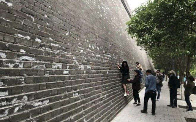 Những hành động đáng xấu hổ của du khách TQ dịp lễ 1/5: Hết leo trèo như khỉ lại đến viết, vẽ bậy! - Ảnh 1.