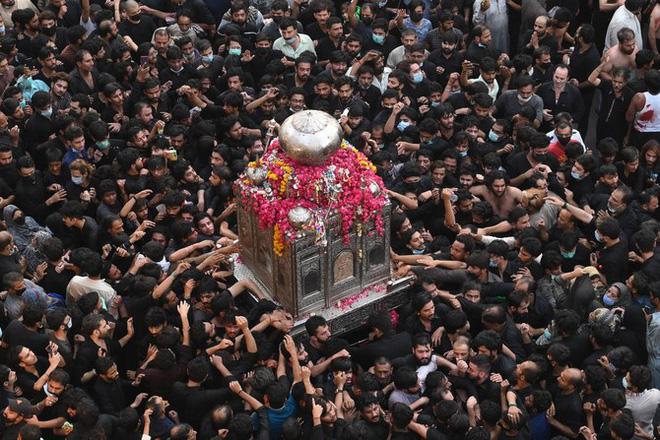10.000 người ở quốc gia láng giềng Ấn Độ diễu hành bất chấp COVID-19 - Ảnh 1.