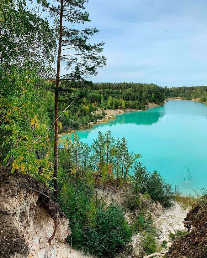 Hồ nước màu ngọc bích tuyệt đẹp hớp hồn hàng loạt mỹ nữ Nga: Đẹp mà siêu độc, cá không sống nổi - Ảnh 12.