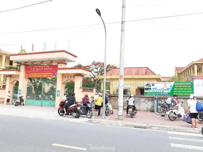 Nam Định: Nữ sinh lớp 10 dương tính SARS-CoV-2, xét nghiệm toàn bộ Trường THPT Lê Quý Đôn; Vĩnh Phúc thêm 4 ca dương tính với SARS-CoV-2 tại Yên Lạc - Ảnh 1.