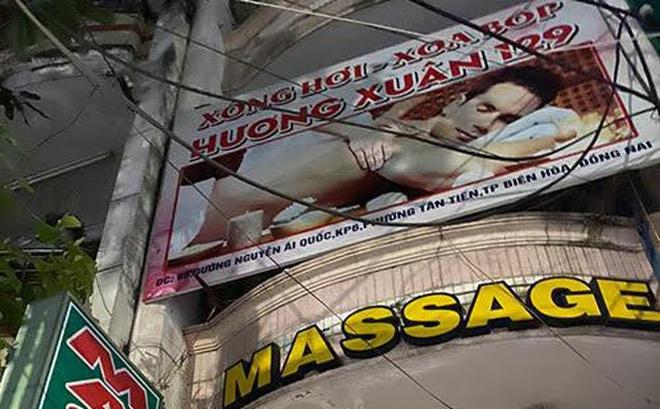 """Đột kích cơ sở massage, bắt quả tang nữ nhân viên """"tắm tiên"""" cùng khách"""