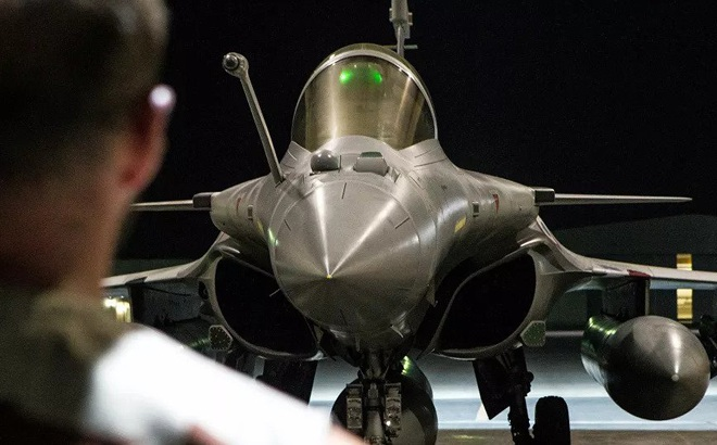Phi công Pháp bịt mắt, trói đồng đội vào cột rồi leo lên máy bay bắn xối xả xung quanh