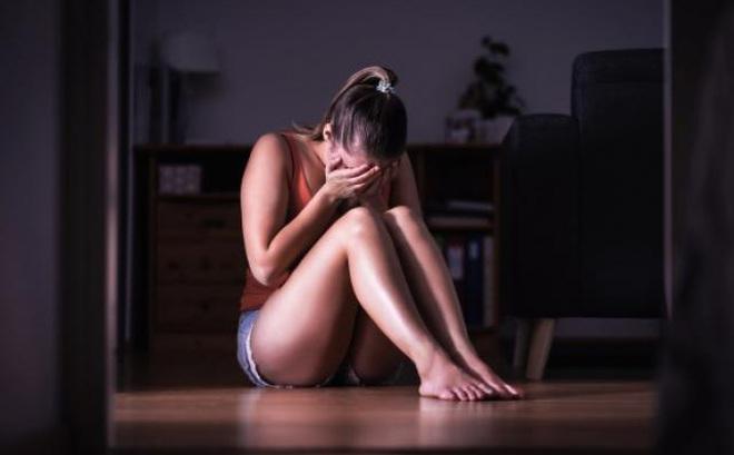 Úc: Uống rượu say rồi thiếp đi, tỉnh dậy thấy đang bị cưỡng hiếp