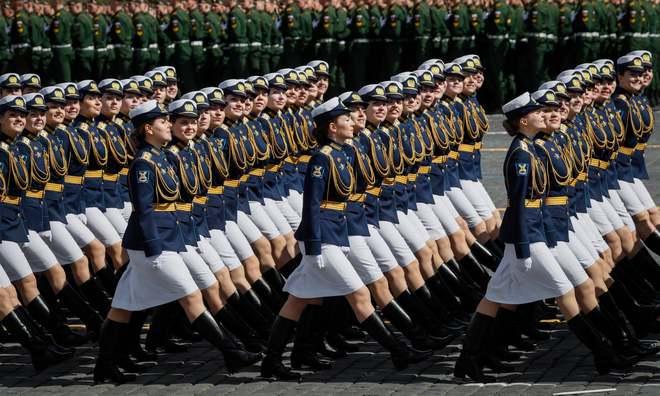 Nữ quân nhân Nga đẹp rạng ngời trong lễ duyệt binh - Ảnh 2.