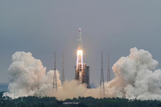 Mảnh vỡ khổng lồ của tên lửa Trung Quốc đang điên cuồng lao xuống Trái Đất: Gờ G sắp điểm - Nhiều nước báo động Đỏ - Ảnh 1.