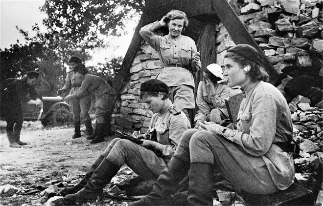 Thế chiến II dưới ống kính nhiếp ảnh gia huyền thoại Yevgeny Khaldei - ảnh 11