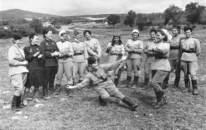 Thế chiến II dưới ống kính nhiếp ảnh gia huyền thoại Yevgeny Khaldei - ảnh 14