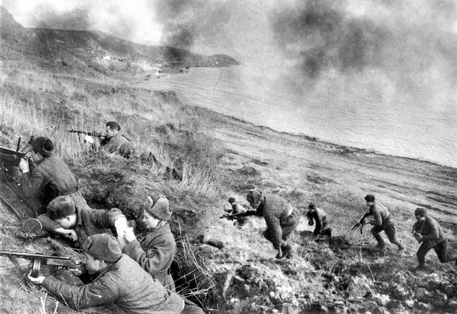 Thế chiến II dưới ống kính nhiếp ảnh gia huyền thoại Yevgeny Khaldei - ảnh 15