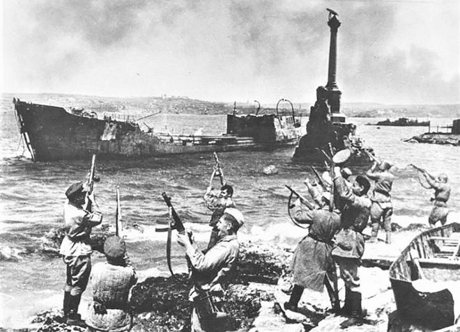 Thế chiến II dưới ống kính nhiếp ảnh gia huyền thoại Yevgeny Khaldei - ảnh 16