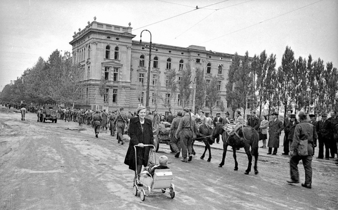 Thế chiến II dưới ống kính nhiếp ảnh gia huyền thoại Yevgeny Khaldei - ảnh 25