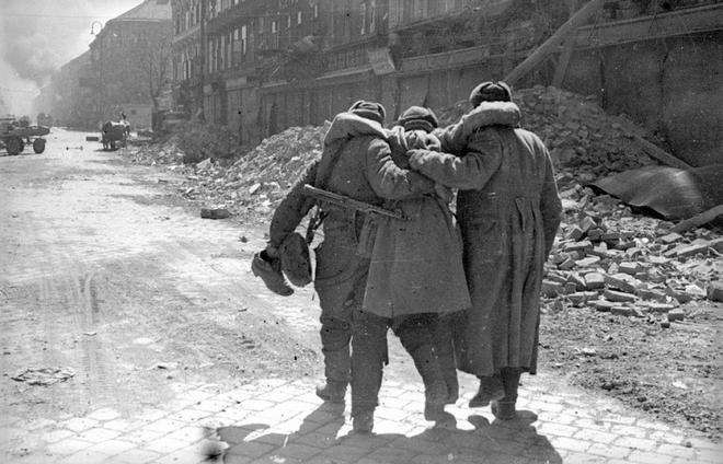 Thế chiến II dưới ống kính nhiếp ảnh gia huyền thoại Yevgeny Khaldei - ảnh 23