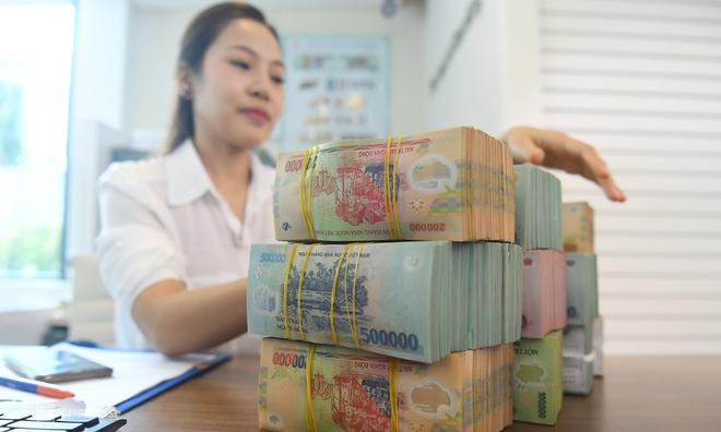 Loạt ngân hàng vừa tăng lãi suất tiết kiệm, gửi tiền ở đâu có lợi nhất? - Ảnh 1.