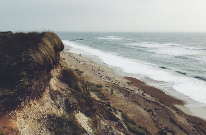 Cặp đôi đi dạo ở bãi biển Middleton Sands ở vùng Lancashire.