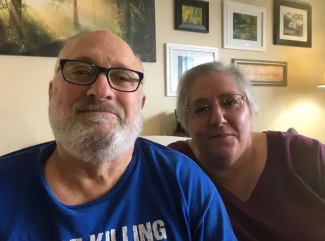 Cặp vợ chồng Steven và Viola đã đăng hình ảnh hòn đá kỳ lạ lên Facebook để hỏi cư dân mạng xem nó là thứ gì.