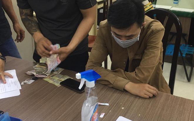 Thấy Tổ công tác 363 kiểm tra, 2 thanh niên vội vứt túi nghi chứa ma túy xuống đường