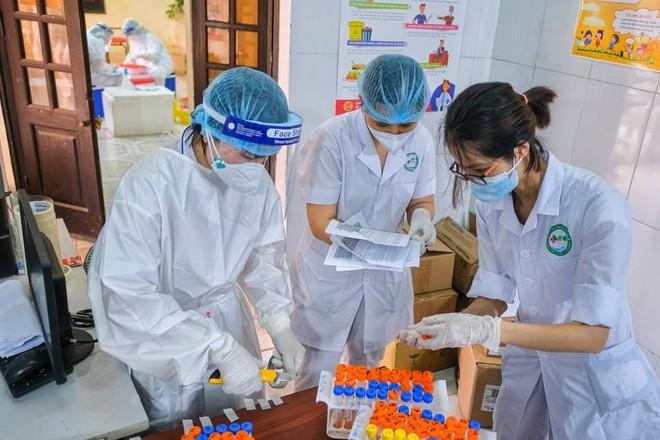 Bắc Ninh: 80% người nhiễm không có triệu chứng, chuyên gia chỉ cách phát hiện mầm bệnh nhanh - Ảnh 2.