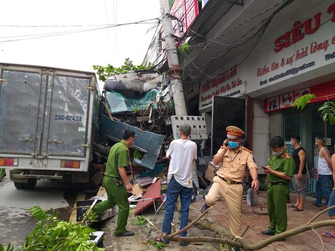 2 vợ chồng đi xe máy sang đường đột ngột đã đến gặp tài xế container xin lỗi và tới công an làm chứng - Ảnh 1.