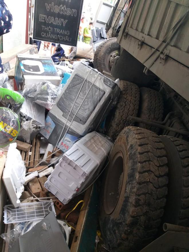 Tài xế container đánh lái cứu 2 người, tông vào nhiều nhà dân xin dừng nhận tiền hỗ trợ - Ảnh 3.