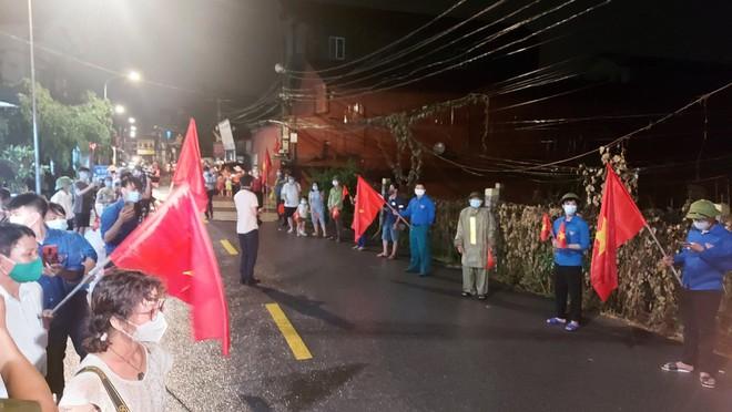 TP.HCM: Người phụ nữ la hét, lớn tiếng đòi đi qua khu vực có rào chắn cách ly Covid-19; 13 nam nữ trong 2 phòng hát karaoke bỏ chạy tán loạn khi thấy công an - Ảnh 1.