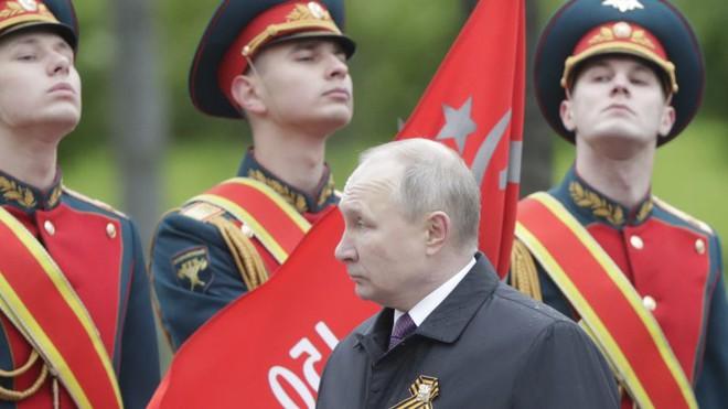 Ông Putin cảnh báo người Nga đang bị Ukraine tấn công - Kinh hoàng hiện trường tên lửa Israel xuyên 7 mét đất, khuấy tung địa đạo Hamas! - Ảnh 1.
