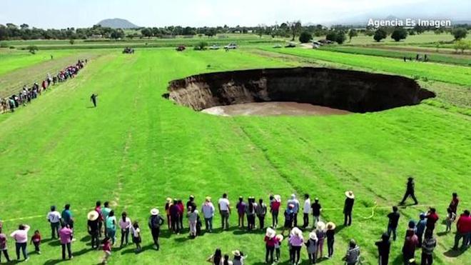 Mexico: Hố tử thần lan rộng, hơn cả sân bóng đá - Ảnh 2.