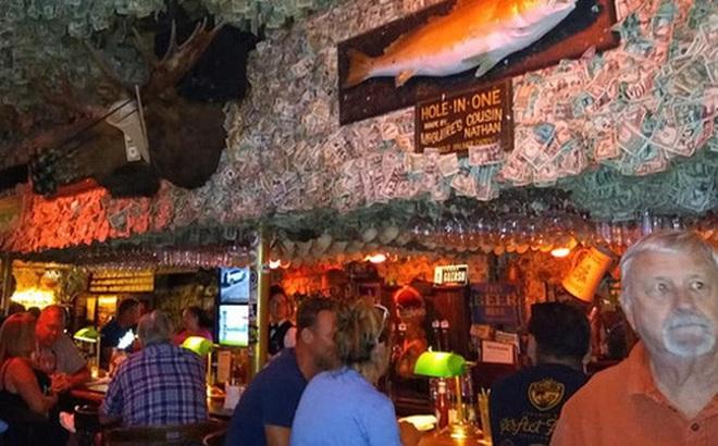 Nhà thừa tiền không biết làm gì, chủ quán rượu dán hơn 4 tỷ lên tường trang trí cho vui
