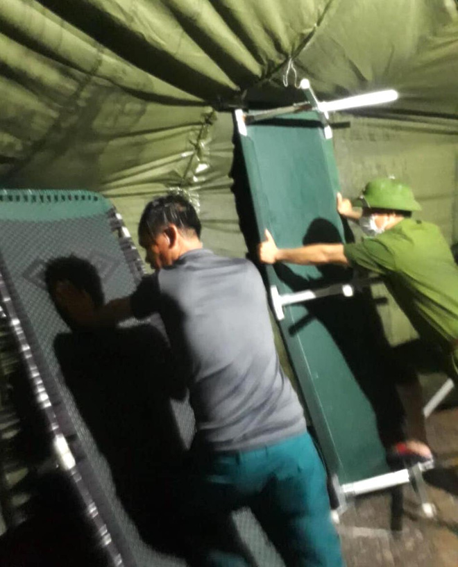 Những chiến sỹ trực chốt Covid-19 trong đêm mưa, ghì chặt tay giữ không cho bão thổi bay lều - Ảnh 11.