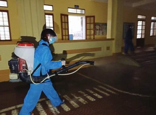 Hà Tĩnh phát hiện thêm 11 ca dương tính SARS-CoV-2: Lực lượng y tế đội mưa đi truy vết, lấy mẫu xét nghiệm - Ảnh 2.