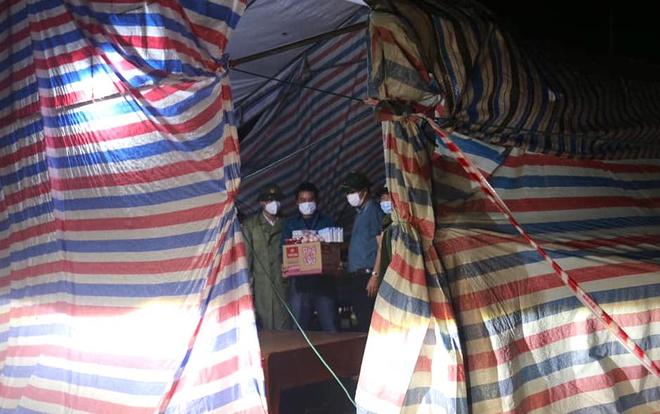 Những chiến sỹ trực chốt Covid-19 trong đêm mưa, ghì chặt tay giữ không cho bão thổi bay lều - Ảnh 17.