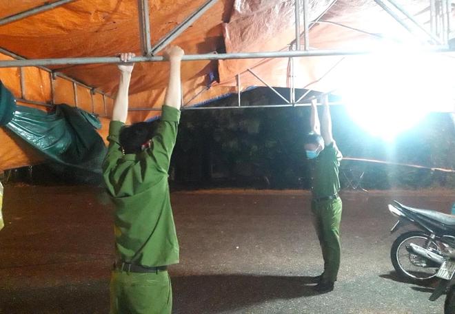 Những chiến sỹ trực chốt Covid-19 trong đêm mưa, ghì chặt tay giữ không cho bão thổi bay lều - Ảnh 12.
