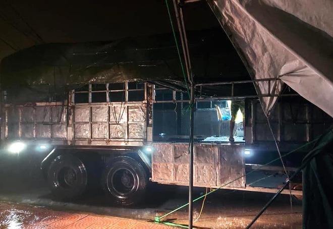 Những chiến sỹ trực chốt Covid-19 trong đêm mưa, ghì chặt tay giữ không cho bão thổi bay lều - Ảnh 9.