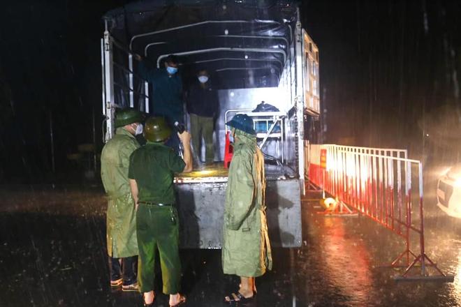 Những chiến sỹ trực chốt Covid-19 trong đêm mưa, ghì chặt tay giữ không cho bão thổi bay lều - Ảnh 7.