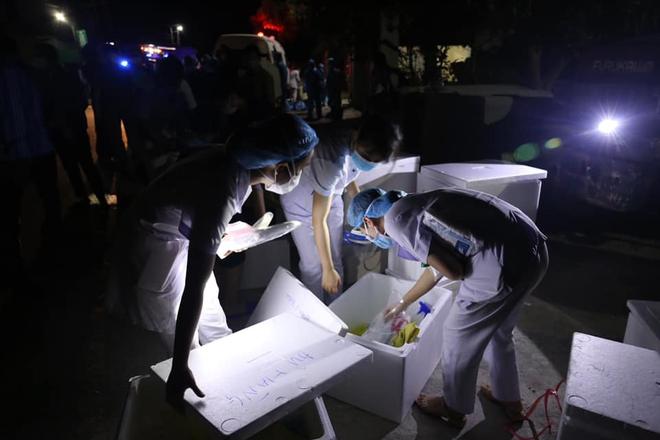 Những chiến sỹ trực chốt Covid-19 trong đêm mưa, ghì chặt tay giữ không cho bão thổi bay lều - Ảnh 19.