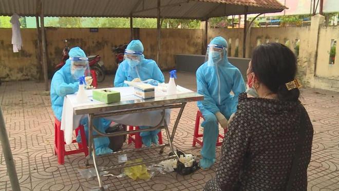 Hà Tĩnh phát hiện thêm 11 ca dương tính SARS-CoV-2: Lực lượng y tế đội mưa đi truy vết, lấy mẫu xét nghiệm - Ảnh 1.