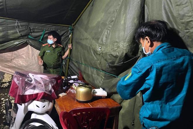 Những chiến sỹ trực chốt Covid-19 trong đêm mưa, ghì chặt tay giữ không cho bão thổi bay lều - Ảnh 13.