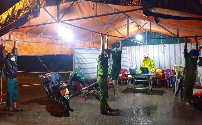 Những chiến sỹ trực chốt Covid-19 trong đêm mưa, ghì chặt tay giữ không cho bão thổi bay lều