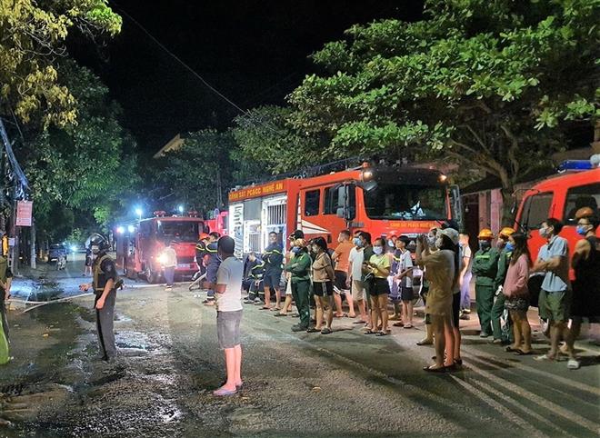 Cháy phòng trà ở Nghệ An, ít nhất 6 người chết - Ảnh 1.