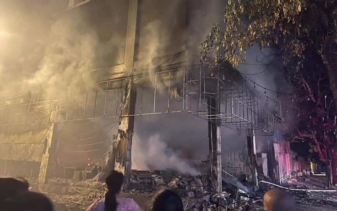 Cháy phòng trà ở Nghệ An, ít nhất 6 người chết - Ảnh 2.