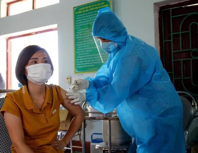 Vì sao 12 nghìn người ở TP. HCM phải hoãn tiêm vắc xin?; Phóng viên mắc Covid-19 khi đưa tin đội tuyển Việt Nam ở UAE - Ảnh 1.