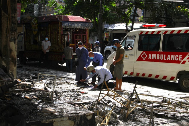Tang thương cảnh 4 quan tài chôn cạnh nhau trong vụ cháy phòng trà 6 người tử vong - Ảnh 1.