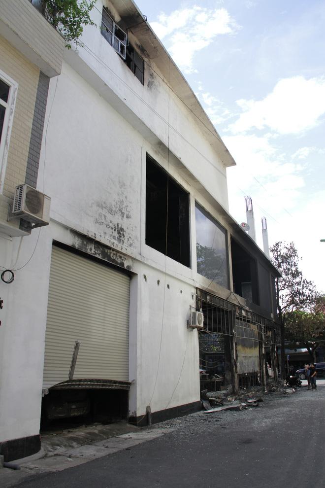 Vụ cháy phòng trà 6 người chết ở Nghệ An: Vì sao các nạn nhân không thoát được ra ngoài? - Ảnh 2.