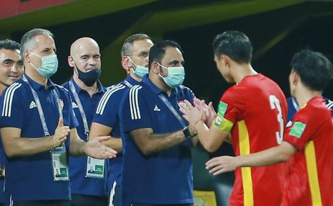 Ban huấn luyện UAE xếp hàng, vỗ tay động viên tuyển Việt Nam sau thất bại
