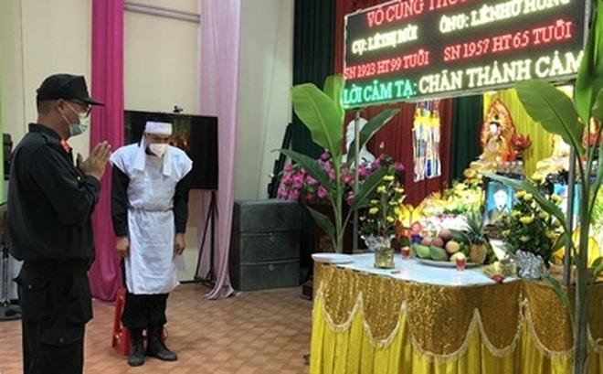 Cán bộ CSCĐ nghẹn ngào chịu t a n g bố và bà nội nơi tâm dịch Bắc Giang