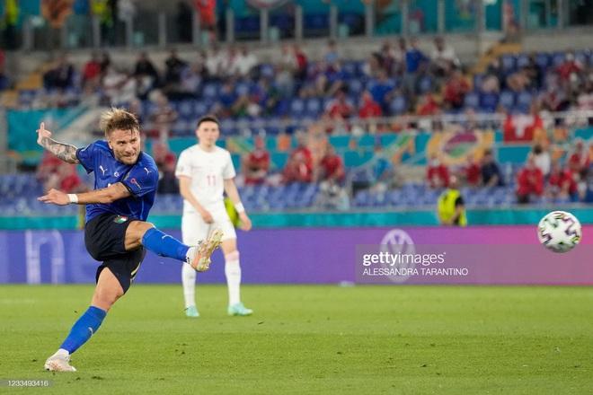 Italia hùng dũng khẳng định tham vọng vô địch; Gareth Bale hóa siêu nhân gồng gánh Xứ Wales - Ảnh 2.