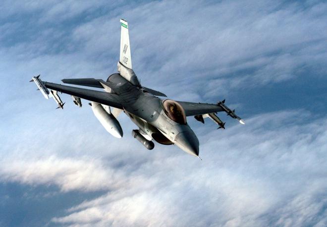 NÓNG: Mỹ chào bán tiêm kích F-16 cho Ukraine - Ông Biden tặng TT Putin món quà đặc biệt của phi công Mỹ - Ảnh 1.
