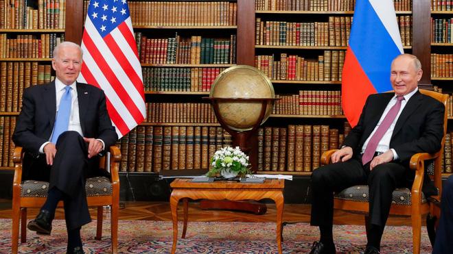 Ông Biden tặng Tổng thống Putin món quà đặc biệt của phi công Mỹ: Thông điệp quá hiểm hóc! - Ảnh 1.